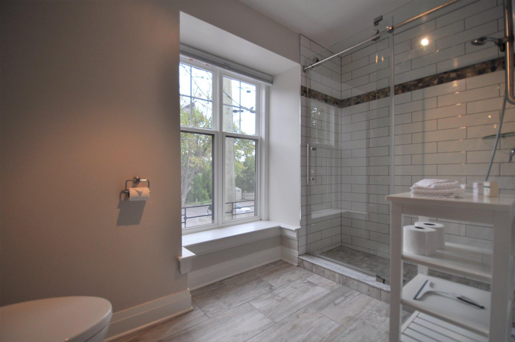 Queen Suite 3 - Bath